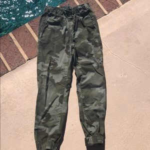 Gapkids green camo print jogger pants with pockets
